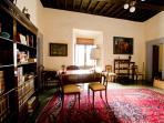 Anche nei salottini e negli studi di palazzo si può chiacchierare in pace e prendere un liquore