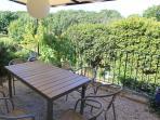 La terrasse privative pour prendre ses repas au chant des cigales et des oiseaux