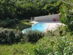 La piscine fermée avec sécurité enfants vue d'en haut