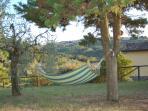 Amaca in un angolo di giardino per rilassarsi dondolando circondati dal paesaggio toscano