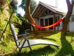 La hamaca cambia de color como un camaleón, pero el bungalow es igual de bonito todo el año !!!