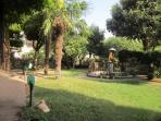 Angolo del giardino 'impero' con fontana e putto con ombrellino