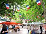 Chaque matin sur la place de la liberté, le petit marché. Poisson, olives, fruits, légumes,fromages