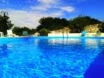 La piscina fresca e limpida