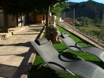Jardín privado con hamacas, barbacoa, y mobiliario de jardín