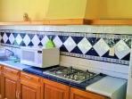 cocina totalmente equipada con barra que conecta con terraza