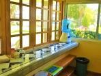 barra con ventana que se abre totalmente a la terraza