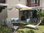 La villa, sa terrasse, son salon de jardin