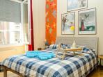Prima camera da letto con letto matrimoniale
