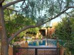 façade et piscine sécurisée