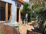 Garden with sun deck of the Bellavista Cottage