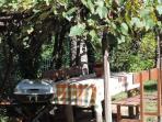..si può sostare sotto il pergolato di uva fragola, organizzare un barbecue..