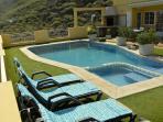 piscina y solarium privado, exclusivo para el apartamento