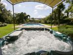 piscine 75M2 à 25 degrés et jacuzzi à 38 degrés (selon saison)