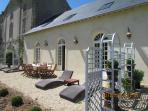 Votre terrasse privative avec chaises-longues, table et chaises