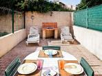 Terrasse arrière avec mobilier et barbecue