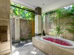 Villa Menari, ensuite bathroom
