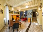 Ingresso all'appartamento al secondo piano du un palazzo storico nel centro di Foiano