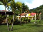 une vue de la villa et la plateforme depuis l'entrée de Talipo