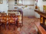 Relax & Love in Tuscany: Kitchen with firewall
