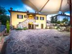 Relax & Love in Tuscany: the house in the night