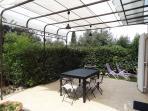 Grande terrasse avec plancha pour faire des grillades