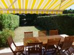 jardin clos, barbecue weber, transats