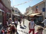 La rue piétone à moins de 10 mn à pied, ville très animées et marchés nocturnes l'été