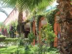 jardin et cafe en terrasse dans la résidence
