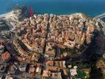 il contesto meraviglioso in cui si trova il palazzo, in pieno centro storico a picco sul mare