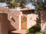 Bella Casa, Walk to Plaza, Quiet & Private Adobe