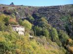 Le Hameau de Chapelèche sur un versant Sud