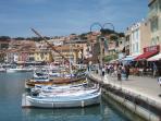 Port de Cassis côté quai dans le village