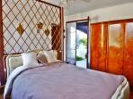 Chambre double numéro 2 avec accès direct au patio et à la piscine