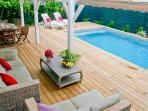 Le coin salon sur la terrasse avec vue sur la piscine