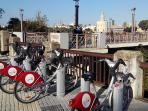 Metro, paradas de bus y taxis, además de carriles para bicicletas de alquiler a pie del apartamento.