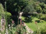 Im Garten:Bäume,Wiese,Dousche,Blockhütte,Gemüsegarten für Grill-und Sommerfeste