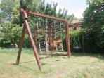 Giochi per bambini sul retro. - Kids playground area in the behind.