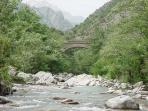 rivière d'asco avec de gros basin pour s'y baisser
