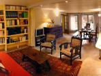 Un canapé convertible, Internet gratuit, chaine hi-fi, téléviseur, bibliothèque, ...