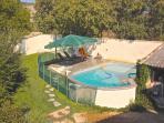 La piscine est sécurisée par une barrière aux normes en vigueur. Le jardin avant est clôturé