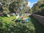 Le jardin arrière à l'ombre du micocoulier pour s'isoler du reste de la 'tribu'