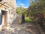 Les 2 suites du rez-de-chaussée du Mas Philia ouvrent sur cette terrasse et le jardin arrière.