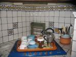 In cucina si trovano elettrodomestici, stoviglie, posate e biancheria, ma anche caffe, sale e sugar.