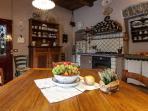 la caratteristica cucina con la bella ceramica ossolana