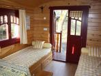 trois lits de 80 par 160 (le troisième est sous le lit de droite)
