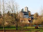 L'église domine le village de Rivière