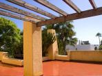 Terraza solarium de la casa en la primera planta con vistas al jardin, la piscina y al mar.