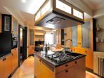 cucina moderna con isola e zona pranzo
