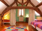 Grande chambre de 30m2 avec 4 lits simples à l'étage